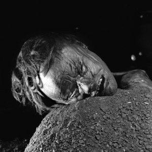 I Grauballemandens tilfælde kan der ikke være tale om selvmord. Han fik halsen skåret over.