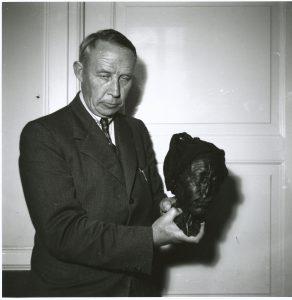 Museumsinspektør Therkel Mathiassen afleverer Tollundmandens hoved på Hotel Dania i Silkeborg i 1952.