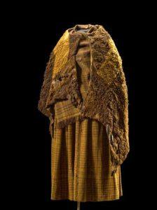 Huldremosekvindens dragt bestod af to fåreskindskapper, et sjal og en nederdel.